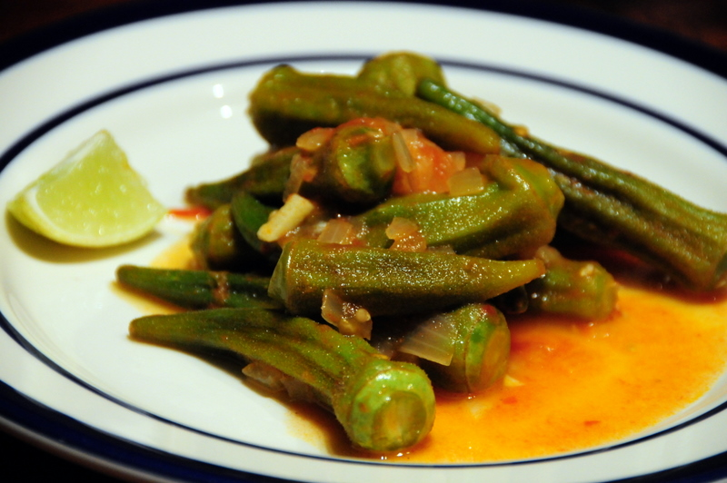 quiabo refogado com tomates,  or stewed okra and tomatoes