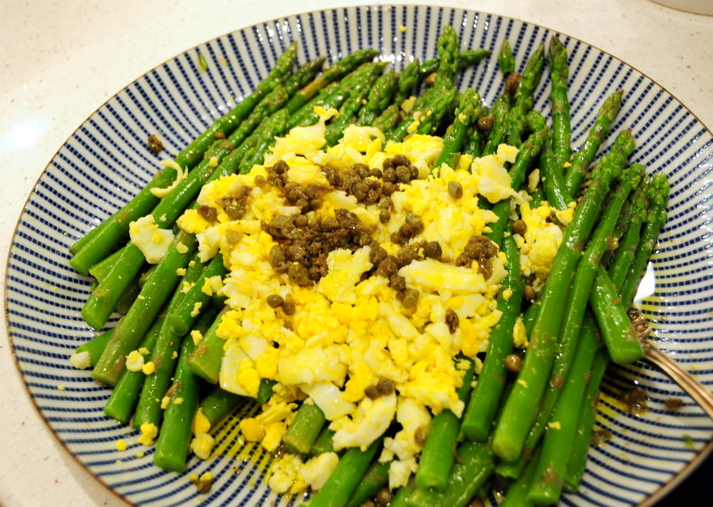 asparagus with hardboiled egg and capers